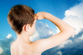 Child observes a restless sky — Stock Photo