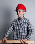 Barn med röd hjälm leende — Stockfoto