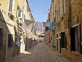 Küçük bir sokakta İtalya kurumaya asılı elbiseleri — Stok fotoğraf