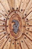 Porta arborizada com emblema — Fotografia Stock