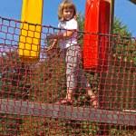 The girl passes through the bridge — Stock Photo
