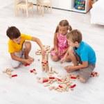 crianças brincando com blocos de madeira — Fotografia Stock  #7113717