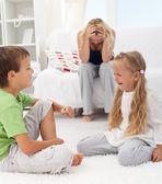 Niños tienen una pelea y pelea — Foto de Stock