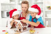 Lycklig familj i juletid i köket — Stockfoto