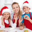 Making christmas cookies with the kids — 图库照片