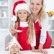 Making a gingerbread cookie house at christmas — Stockfoto
