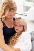 Matka uklidňující její rozrušení dítě — Stock fotografie