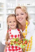 台所で女の子 — ストック写真