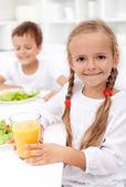 Happy healthy kids eating — Stock Photo