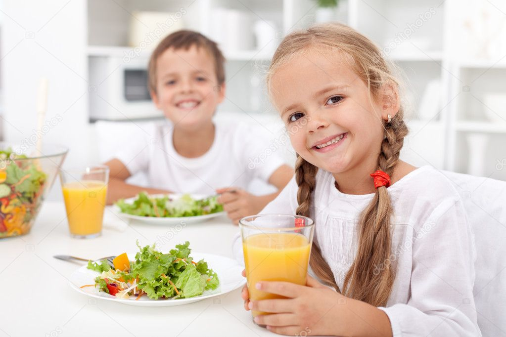 Kids eating a healthy meal in the kitchen — Stock Photo #7538993