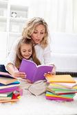 Läsa en bok med mamma — Stockfoto