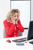 Oh no - shocked business woman in front of computer — Stock Photo