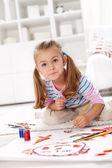 Liten artist flicka målning — Stockfoto