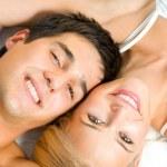 Yatak odasında genç mutlu aşk çifte portresi — Stok fotoğraf
