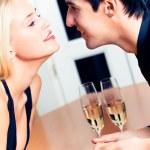 casal amoroso na data romântica ou celebrar juntos no resta — Fotografia Stock  #6764619