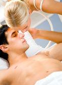 Joven atractiva pareja amorosa feliz en dormitorio — Foto de Stock
