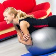 donna esercitando con fit ball, a casa — Foto Stock
