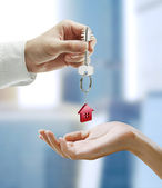 Man is handing a house key to a woman. — Foto de Stock