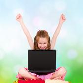 Jeune fille avec ordinateur portable — Photo