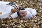 Mobiltelefon och hösten — Stockfoto