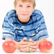 Young kid laying on the floor and 3 apples — Stock Photo