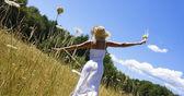 Chica en el campo — Foto de Stock