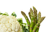 Fresh asparagus and cauliflower Isolated on white background — Stock fotografie