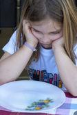 дети на таблице еды — Стоковое фото