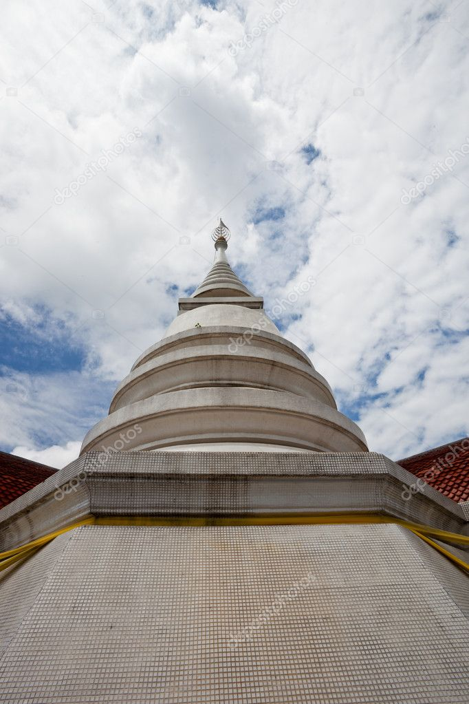 White pagoda in Wat Phra That Pha Ngao on blue sky background — Stock Photo #6985863