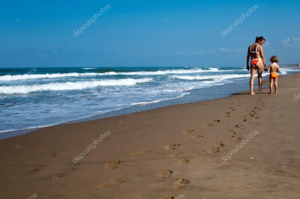 Orme sulla sabbia di mamma e figlio foto stock - Immagini di spongebob e sabbia ...