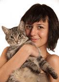 Belle fille avec un chat — Photo