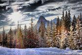 скалистая гора под пасмурным небом — Стоковое фото