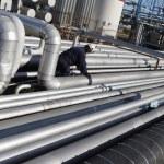 Engineer working on pipelines — Stock Photo #7284164
