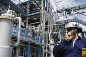 Przemysł robotnik i ropy naftowej rafinerii — Zdjęcie stockowe