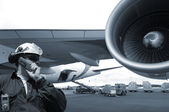 Mechanic and jet airliner — Stock Photo