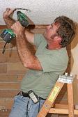 Eletricista com broca — Foto Stock