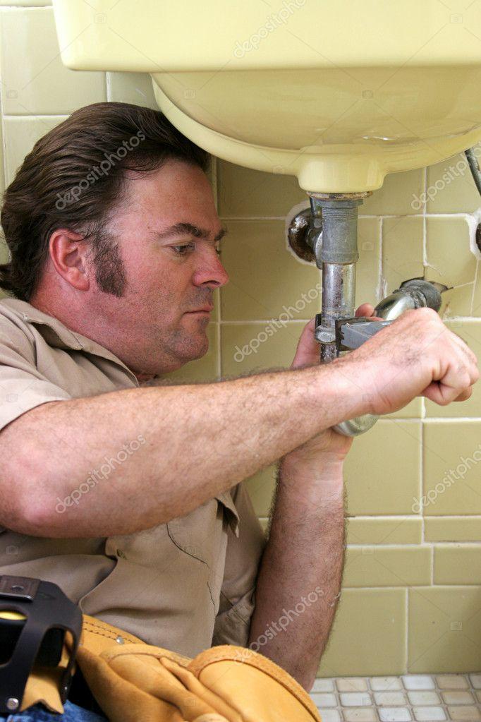 3Сантехник пришел чинить ванну порно