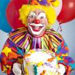 Crazy Clown mit Geburtstagstorte — Stockfoto