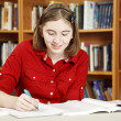 Teenage Girl in Library — Stockfoto