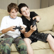 irmãos jogam video games — Foto Stock