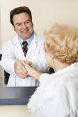 Médico paciente le da la bienvenida — Foto de Stock