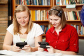 Tonåringar textilen i biblioteket — Stockfoto