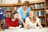Estudiantes ayudando a profesor amistoso — Foto de Stock