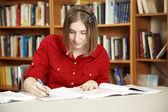 Adolescente piuttosto in libreria — Foto Stock