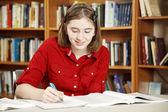 Девочка-подросток в библиотеке — Стоковое фото