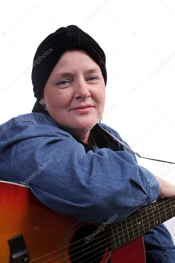 A beautiful woman, bald from health challenges, posing with her guitar. — Stock Photo #6800582