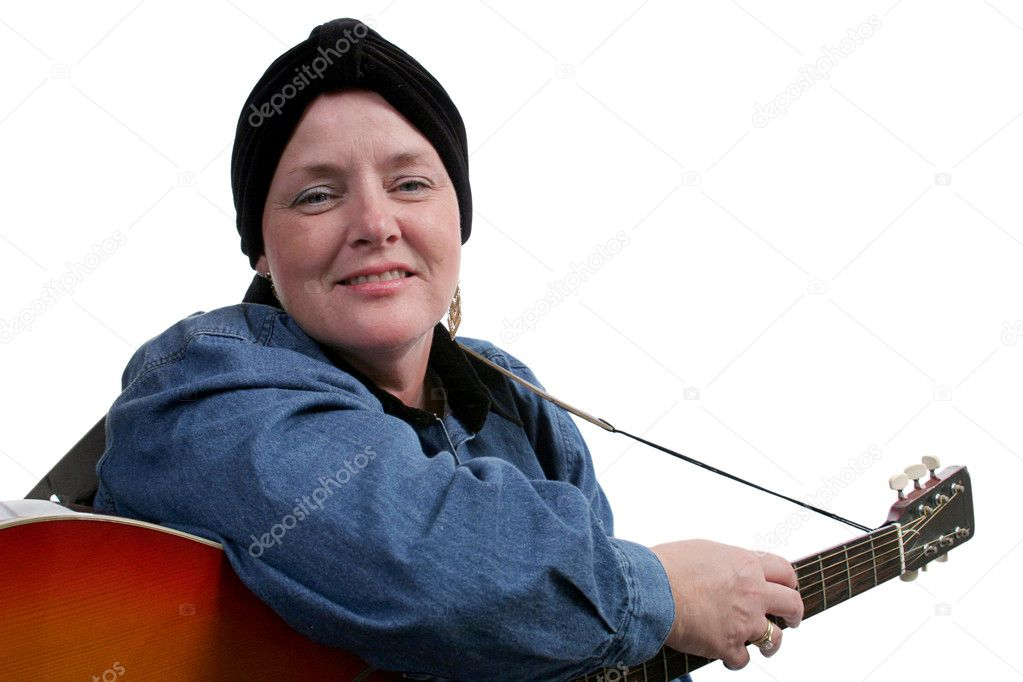 A patient suffering hair loss enjoys playing her guitar. — Stock Photo #6800593