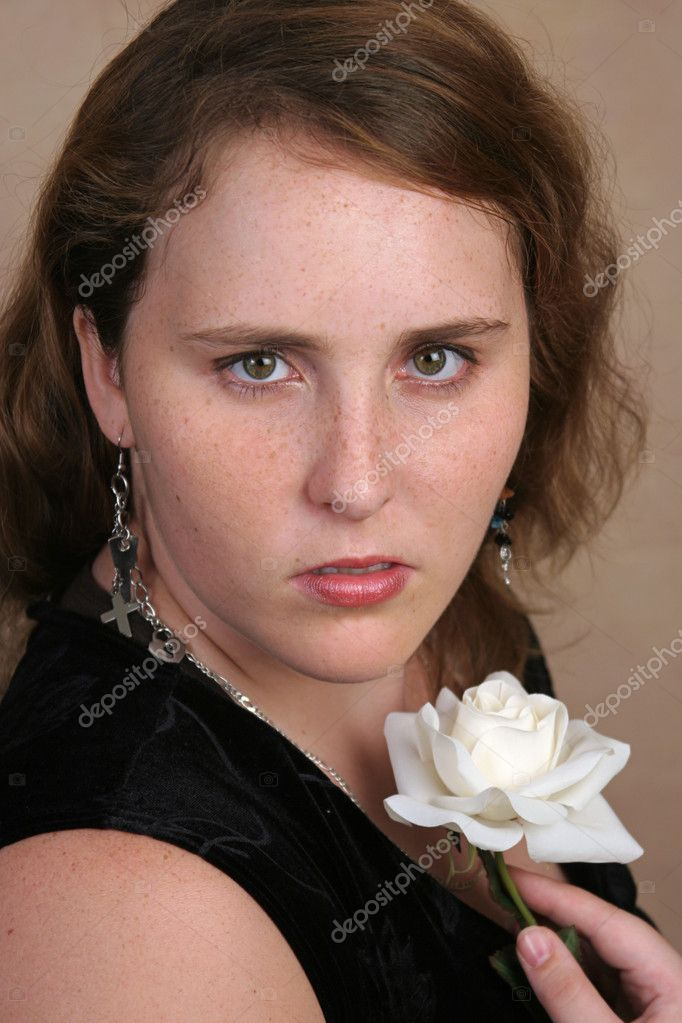 A beautiful high school senior posing for a glamorous portrait.  Foto Stock #6804270