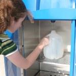 préparation aux ouragans - fille remplit de bouteille — Photo