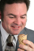 Empresário adora sorvete — Fotografia Stock